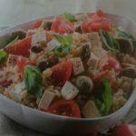 Insalata di riso con tofu, basilico e pomodori