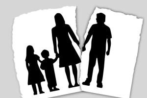 Nell'immagine viene descritta una famiglia spezzata dalla fine di un amore
